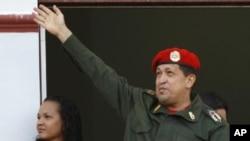 委内瑞拉总统查韦斯周一在总统府露台上向支持者挥手