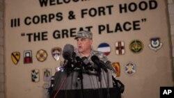 Trung tướng Mark Milley, chỉ huy trưởng căn cứ Fort Hood phát biểu với báo chí tại cổng chính của căn cứ, ngày 2/4/2014.