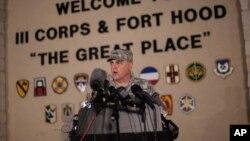미군 마크 밀리 중장이 2일 포트 후드 군 기지에서 발생한 총기 난사 사건에 대한 브리핑에 참석했다.