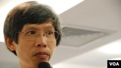 香港退休教師譚先生認為,當局應該撤銷國民教育