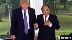 Tổn thống Trump trong chuyến thăm Việt Nam cuối năm 2017.