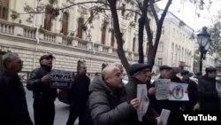 İranın Bakıdakı Səfirliyi qarşısında piket keçirilib (Kadr Kanal13 televiziyasının reportajından götürülüb)