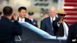 美国副总统拜登前往机场迎接中国国家主席习近平。