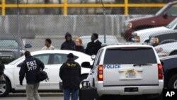 FBI i lokalna policija vode istragu u poštanskoj zgradi za sortiranje pošiljki, u Washingtonu, 7. siječnja 2011.