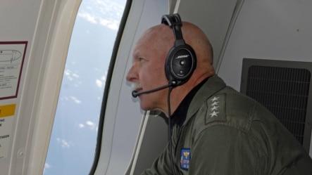 美国海军太平洋舰队司令斯威夫特上将乘P8-A海神侦察机在南中国海上空观察行动。(2015年7月18日)