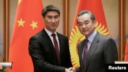 资料照:中国外长王毅在北京钓鱼台国宾馆与吉尔吉斯斯坦外长钦吉斯·艾达尔别科夫出席一个联合记者会。(2019年2月21日)