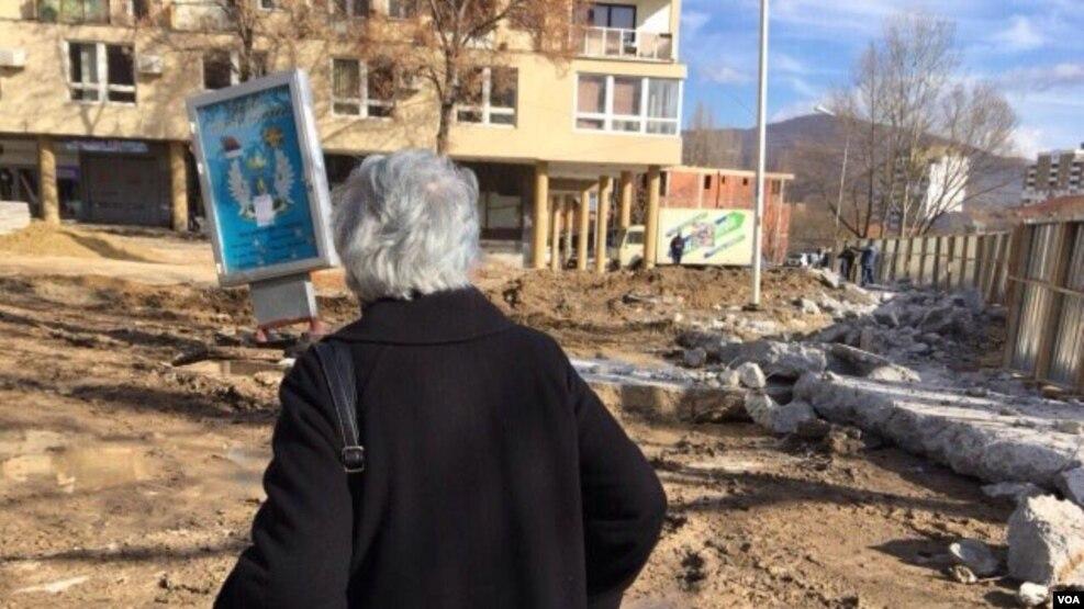 Rrëzohet muri në veriun e Mitrovicës