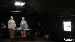 Arhiva - Radnici medicinskih službi tokom borbe protiv epidemije koronavirusa, u Prištini, Kosovo, 25. marta 2020. (REUTERS/Laura Hasani)