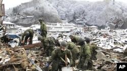 日本自卫队员在搜寻地震和海啸失踪人员