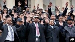 11일 미 의회 흑인 보좌관 100여 명이 워싱턴DC 의사당 앞 계단에서 백인 경관 불기소에 대한 항의 시위를 벌였다. 총을 쏘지 말라는 뜻의 두 손을 들어보이고 있다.