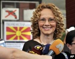 Arhiva - Radmila Sekerinska razgovara sa novinarima u glavnomgradu Makedonije Skoplju, 5. juna 2011.