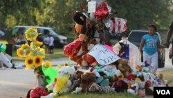 Barang-barang tanda penghormatan pada Michael Brown di Ferguson, Missouri. (VOA/Gesell Tobias)