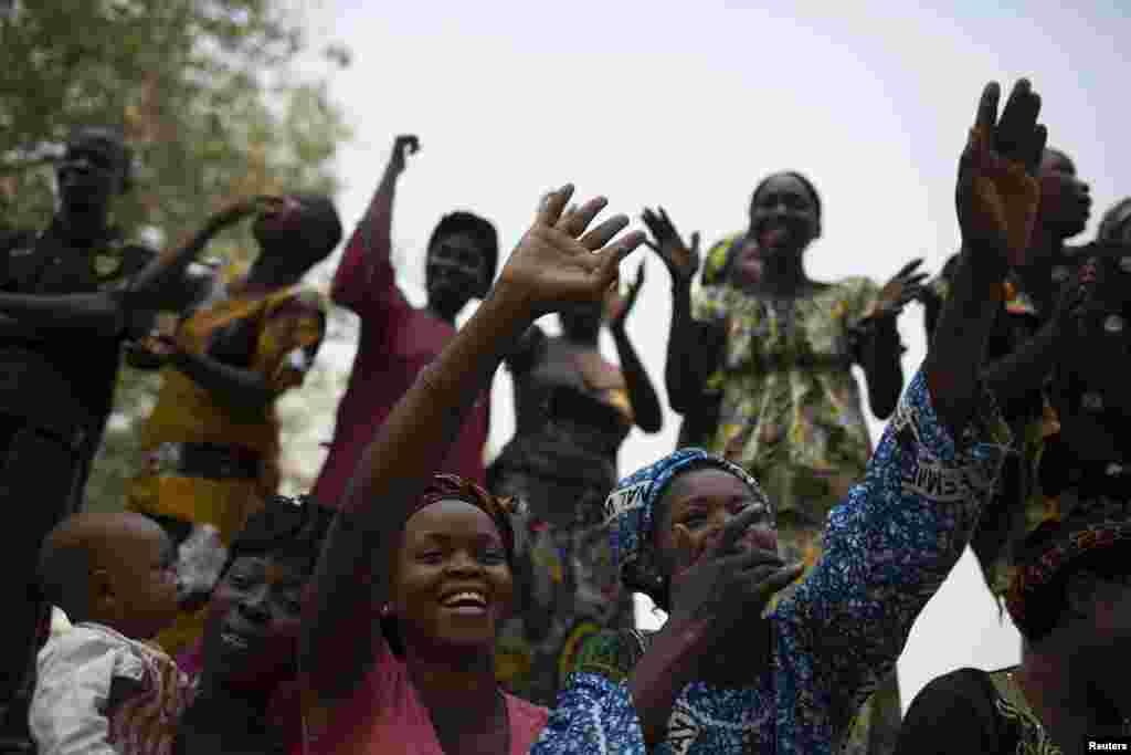 O povo reage ao discurso de Alexandre Nguendet, o líder do governo de transição da República Centro-Africana em Bangui, Jan. 13, 2014.