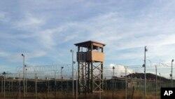 这张关塔纳摩湾拘留中心照片摄于2016年12月11日。图中所示为该中心已经废弃的一部分。岗楼已经空无一人。目前,这个曾经关押约800名嫌犯的监狱里只剩下59人。