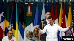 Prezidan meksiken la, Enrique Pena Nieto, kap salye Oodyans lan akote Minis Afè Etaran Meksik la, Luis Videgaray, pandan seremoni ouvèti 47èm Asanble Jeneral OEA a nan Cancun, Meksik. 19 jen 2017.