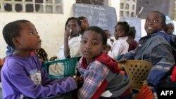 Des élèves attendent les enseignants dans une école de Huambo, Angola, 6 juillet 2005.