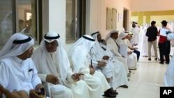 Cử tri Kuwait ngồi chờ tại 1 trạm bỏ phiếu ở Rumaithiya, Kuwait, 27/7/2013