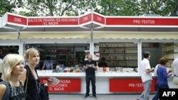 Một quày bán sách ở thủ đô Madrid, Tây Ban Nha