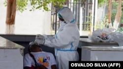 Profissional de saúde faz teste a taxista de Covid-19 por ocasião da campanha de testagem em massa dos taxistas no Marco Histórico do Cazenga, Luanda, Angola. 31 agosto 2020