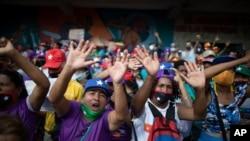 Simpatizantes progubernamentales gritan en apoyo de los candidatos del partido Gran Polo Patriótico que se postulan para la Asamblea Nacional, durante un mitin de clausura en Caracas, Venezuela, el jueves 3 de diciembre de 2020.