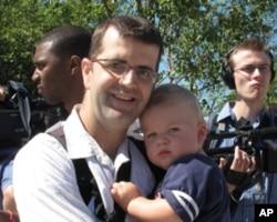 华盛顿居民斯格特带着儿子来参观