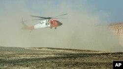 Sebuah helikopter terlihat di kawasan gurun Sinai, Mesir di dekat lokasi jatuhnya helikopter pasukan perdamaian.