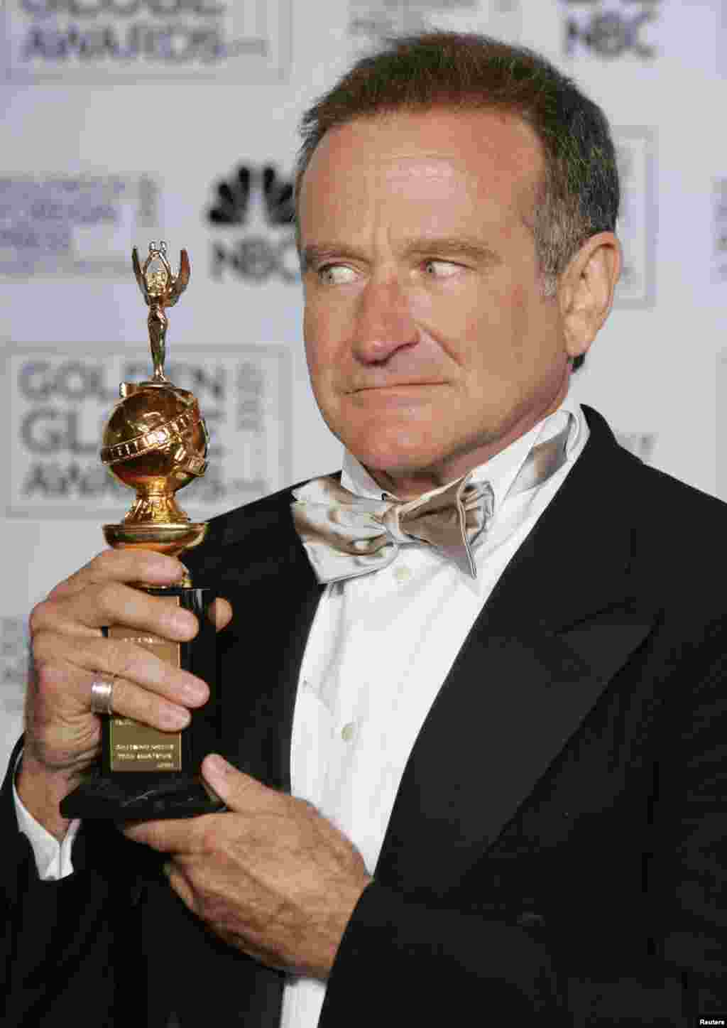 Actor/comedian Robin Williams poses back stage with the Cecil B. DeMille award he received at the 62nd annual Golden Globe Awards at the Beverly Hilton in Beverly Hills, California January 16, 2005. REUTERS/Mike Blake Pictures of the month January 2005 M