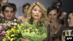 Гульнара Каримова (в центре) после показа своей коллекции на Неделе моды в Москве. Россия. 2 апреля 2011 г.