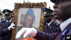 Les funérailles de Robert Gueï à Abidjan, Côte d'Ivoire, 18 août 2006.
