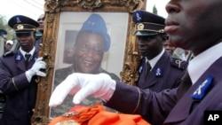 Des militaires ivoiriens portant le portrait de Robert Guéi, le 18 aout 2006. (Photo AP)