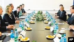 前台湾副總統連戰(右2)在海參崴與美國國務卿希拉蕊(左2)舉行雙邊會談