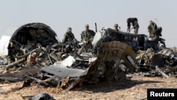 Para penyelidik militer Rusia mencari barang-barang bukti di lokasi puing-puing pesawat maskapai Metrojet A321 yang jatuh di distrik Hassana, kota Arish, Mesir utara (1/11).