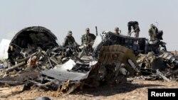 Des investigateurs militaires de la Russie passent au crible le lieu du crash d'un avion Airbus d'une compagnie d'aviation russe au Sinaï, Egypte, 1er novembre 2015. REUTERS/Mohamed Abd El Ghany