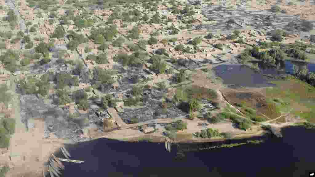 Une vue aérienne montre le village de Ngouboua, attaqué par des militants de Boko Haram, 13 février 2015.