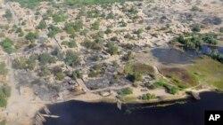 Vue aérienne de Lac Tchad et du village de Ngouboua en février 2015