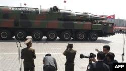 Severnokorejska vojska na paradi u čast stote godišnjice rodjenja Kim Il Sunga.