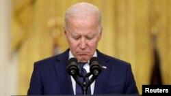 26 Ağustos'ta Kabil'de düzenlenen bombalı saldırıda ölen Amerikan askerleri için saygı duruşunda bulunan Başkan Joe Biden
