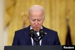 Presiden AS Joe Biden mengheningkan cipta untuk para korban tewas saat menyampaikan pidato tentang Afghanistan, dari Ruang Timur Gedung Putih di Washington, AS 26 Agustus 2021. (Foto: REUTERS/Jonathan Ernst)