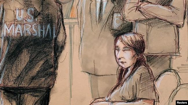 这张法庭素描显示,被控以欺骗手段进入海湖庄园的张玉静出庭入座,等待保释听证开始(2019年4月8日)