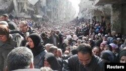 지난 1월 시리아 내 팔레스타인 난민 거주 지역인 알야르무크 캠프에서 주민들이 유엔 구호 물자를 받기 위해 모여있다. (자료사진)