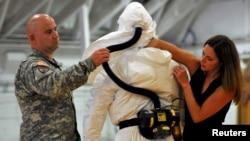 Fort Kempbel bazasida Ebolaga qarshi tayyorgarlikdan o'tayotgan AQSh askarlari