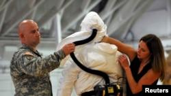 美国陆军传染病医学研究所人员训练将要开赴西非抗击埃博拉的美国军人(2014年10月9日)