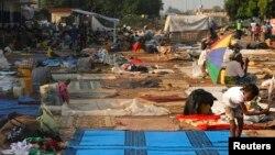 Para pengungsi memadati bandara internasional Mpoko di ibukota Bangui, Afrika Tengah (15/12).