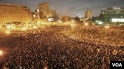 Ribuan demonstrator melakukan aksi protes anti-Hosni Mubarak di pusat kota Kairo, Rabu (1/26).