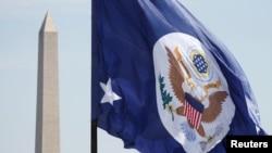 美国国务院的旗帜在华盛顿纪念碑前飘扬。 (2018年5月8日)