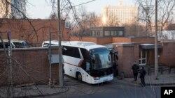 Autobusi sa američkim diplomatama napuštaju ambasadu u Moskvi, 5. april 2018.