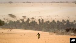 Jeune fille dans le désert du Sahel au Tchad le 20 avril 2012.