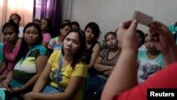 Perempuan-perempuan mendengarkan penyuluhan keluarga berencana oleh LSM Likhaan di klinik kesehatan reproduksi di Tondo, Metro Manila, Filipina. (Foto: Dok)