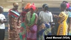 Familiares junto do Hospital Provincial de Cabinda