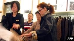 Người mua hàng Trung Quốc xem quần áo tại tiệm Burberry ở Thượng Hải